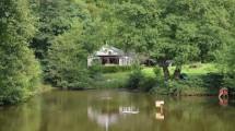 A la frontière Franco/Belge, en bordure de forêt et au sein du Parc naturel régional des Ardennes, propriété exceptionnelle sur un terrain d'un hectare comprenant un chalet de 70m² habitables et 3 étangs.