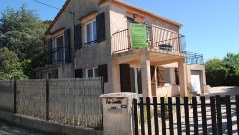 Cavalaire-sur-Mer, dans le quartier très prisé de la Vigie avec une vue imprenable sur les 2 caps, magnifique maison de 114 m² habitable 3 chambres (possibilité 4) + jardin.
