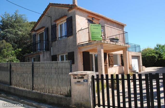 Cavalaire-sur-Mer, dans le quartier très prisé de la Vigie avec une vue imprenable sur les 2 caps,  magnifique maison de 114 m² habitables 3 chambres (possibilité 4) + jardin.